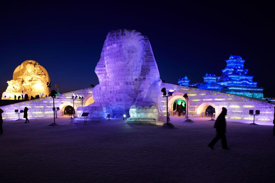 Ледовая скульптура сфинкса на 26-м Харбинском Международном фестивале Ледовых и снежных скульптур