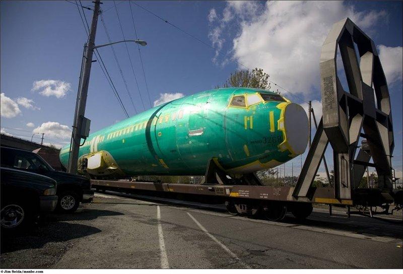 Грузовой состав привозит уже собраный фюзеляж самолёта на завод в городе Рента. Собирают фюзеляж в Канзасе.