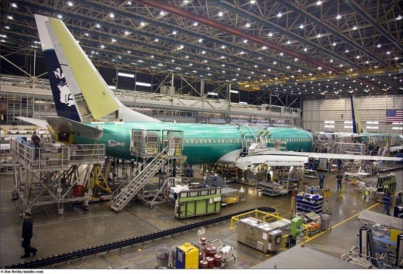 Хвост самолёта красят раньше чем весь фюзеляж, это необходимо для успешных летных испытаний. Хвост должен быть сбалансирован и обеспечивать требуемое управление.