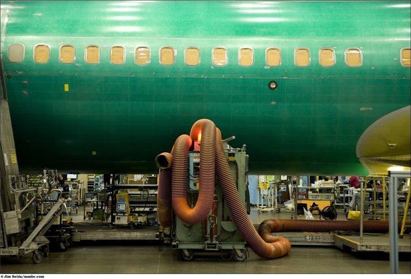 Зеленый цвет фюзеляжа обусловлен наличием покрытия, которое защищает алюминий от окисления, его смоют специальной машиной, которая подает воду под высоким давлением.