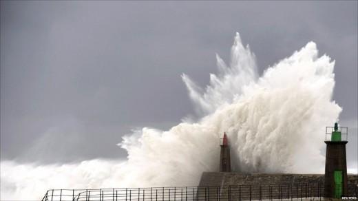 Волны заливают маяк