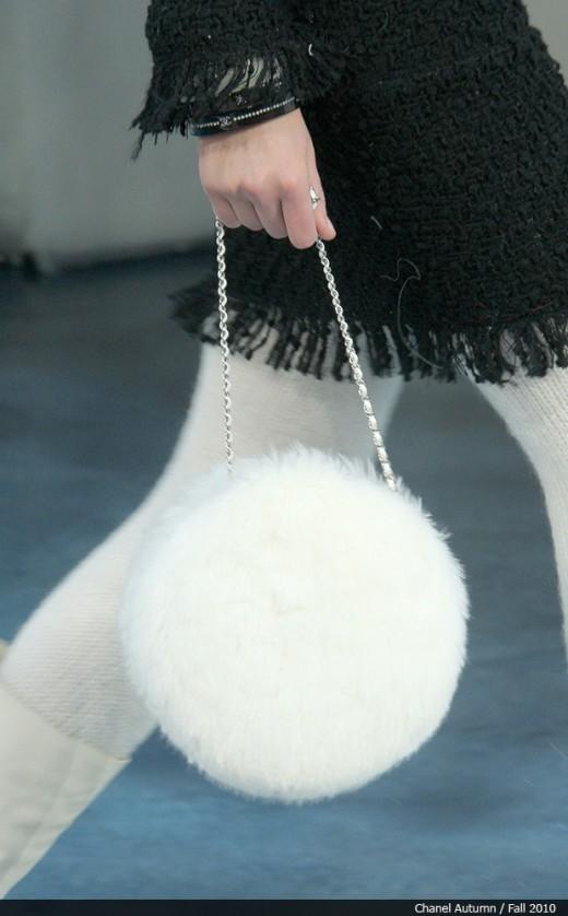 Украшение девушки на Новый год - Сумка украшенная мехом