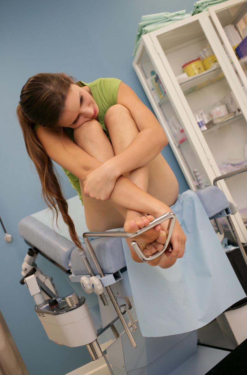 Девушка в гинекология на медосмотр — pic 10