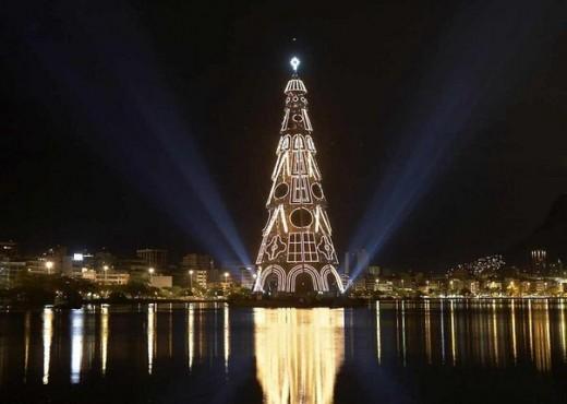 Самую высокую в мире елку зажгли в Рио-де-Жанейро