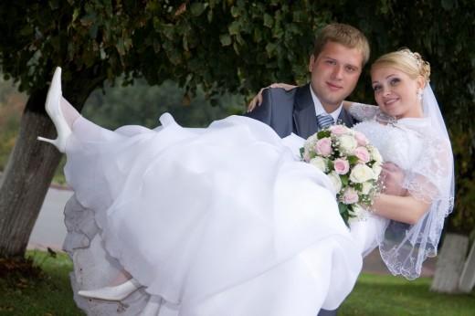 Откуда пошла традиция носить невесту на руках?