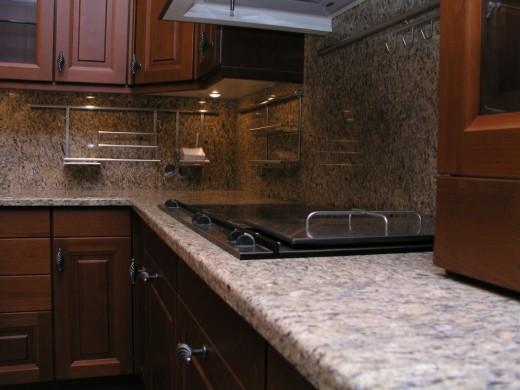 Каменные столешницы в интерьере ванных и кухонь