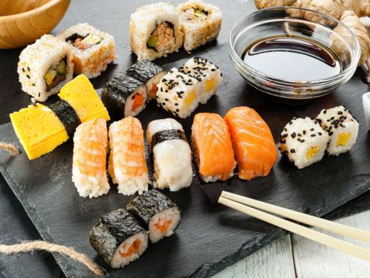 Особенности хранения суши и роллов в холодильнике: каким образом и как долго можно хранить?