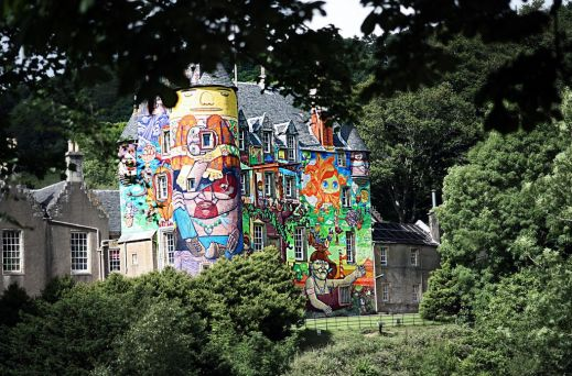 Замок, украшенный граффити
