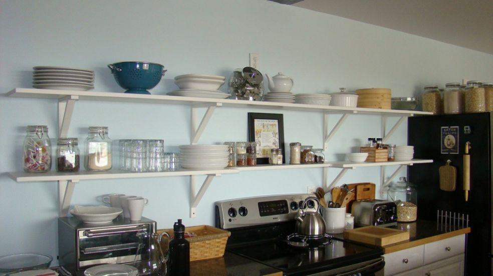 Открытые стеллажи кухни