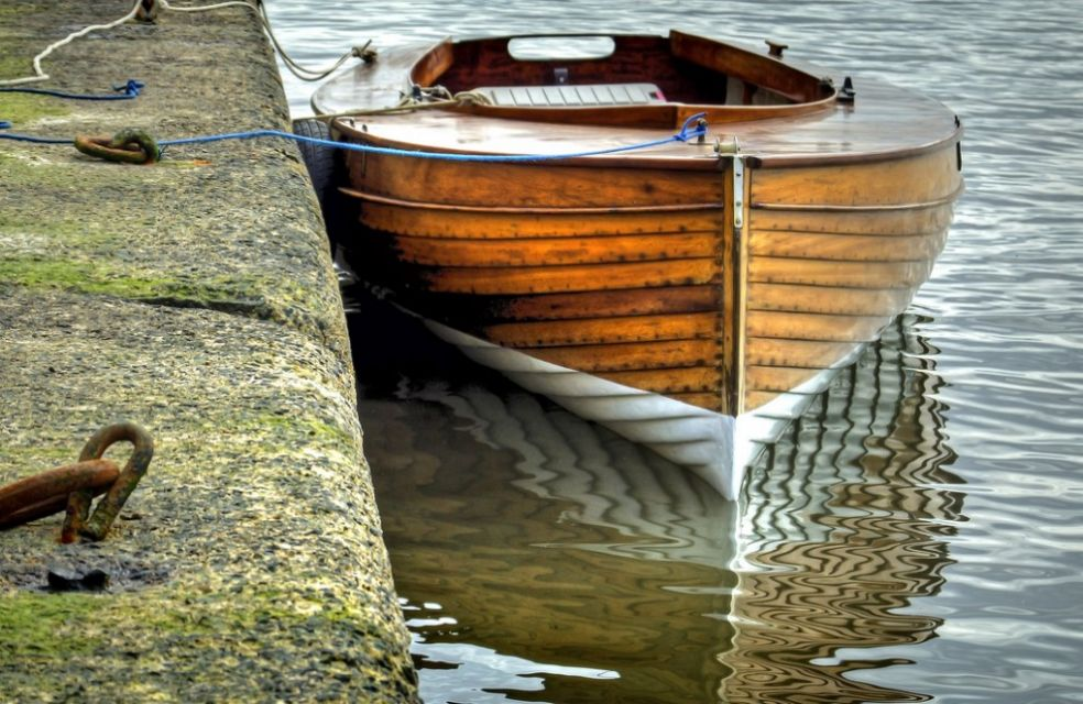 Лодка пришвартованная в доке