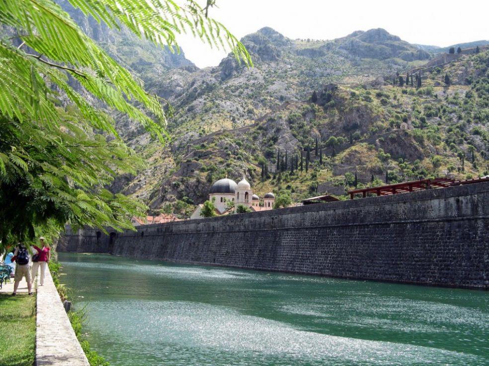 Ров и стены средневекового .Котора