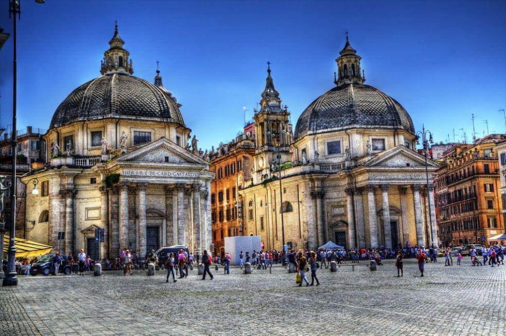 Церкви близнецы на Народной площади
