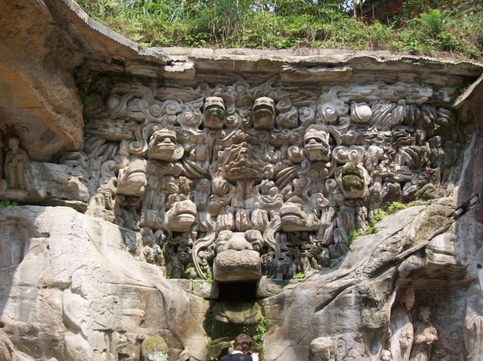 Фонтан с головами драконов в Гротах Дазу