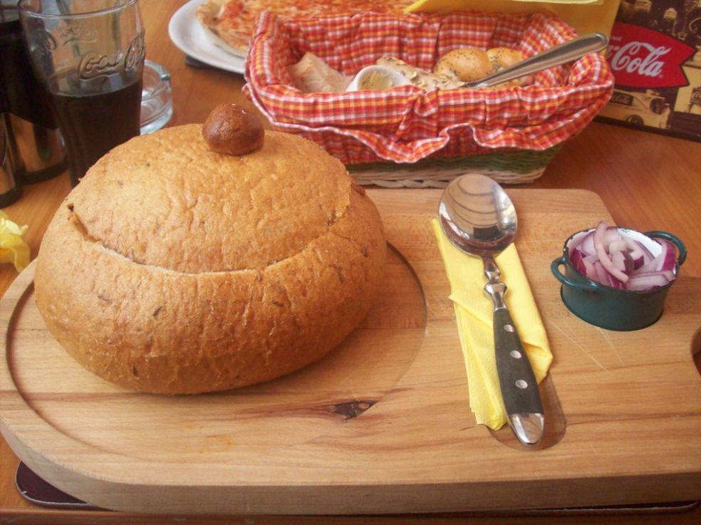 Картофельный суп в хлебной миске