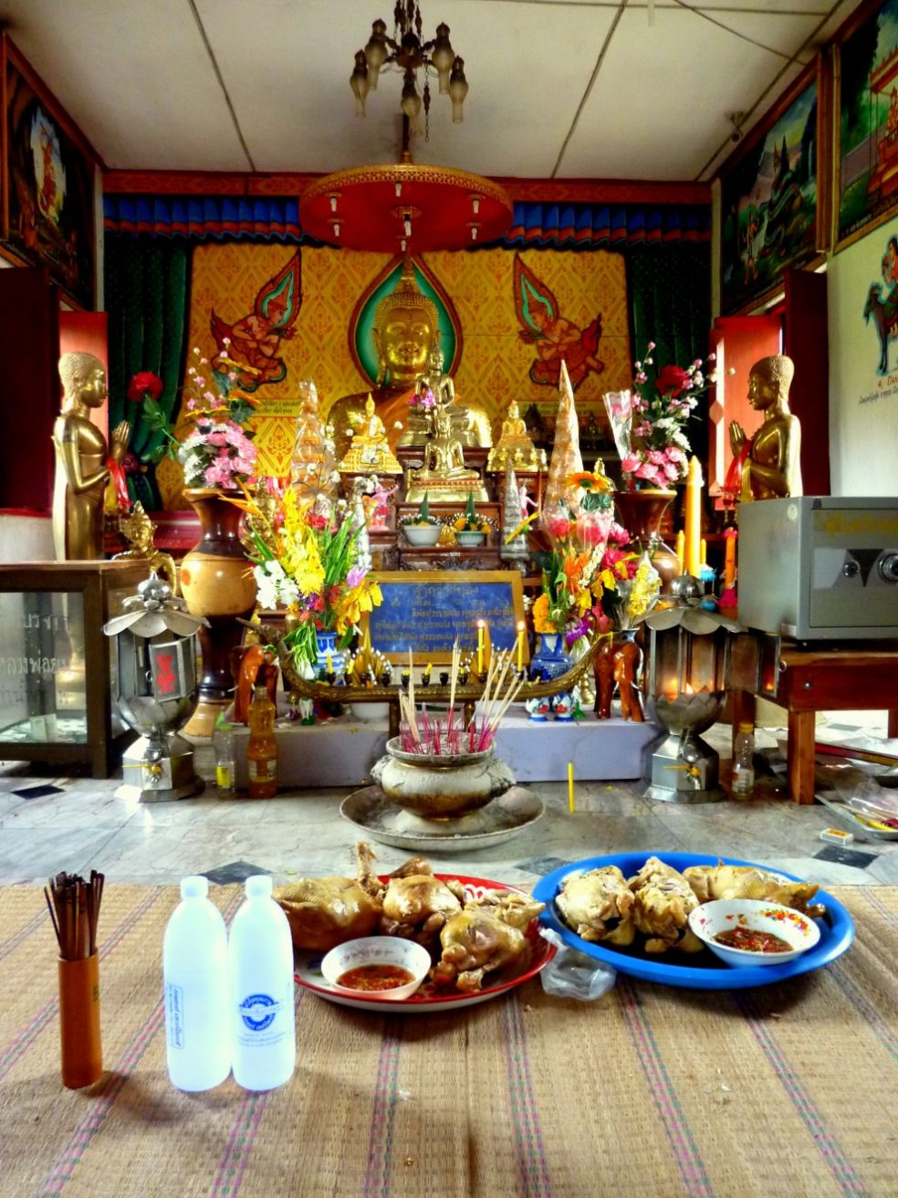 Цыплята и суп из лапши в храме Таиланда