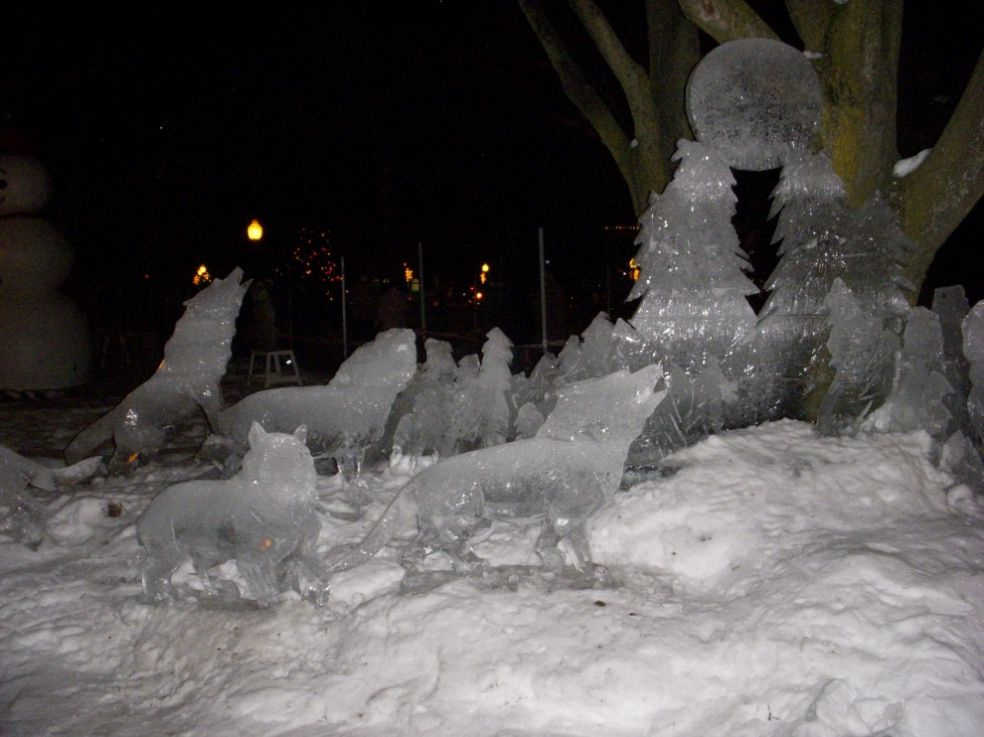 Танцующая статуя на фестивале ледяных фигур в Брюге