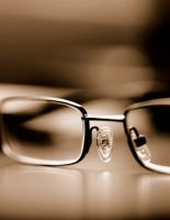 «Чтобы носить очки мало быть просто умным, надо еще и плохо видеть»