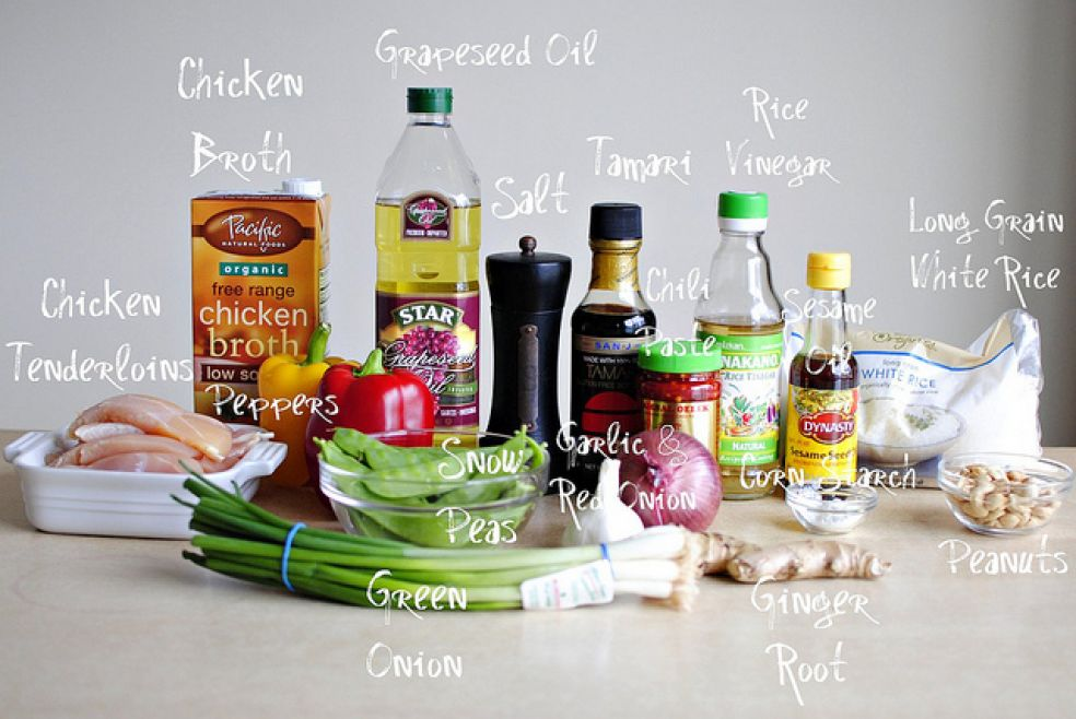 Виноградное масло, куриный бульон, рисовый уксус, соевый соус тамари, соль, длиннозерновой белый рис, паста чили, кунжутное масло, куриное филе, перец, горох, чеснок и красный лук, кукурузный крахмал, арахис, зеленый лук, корень имбиря