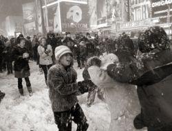 Снежки на улицах Нью-Йорка